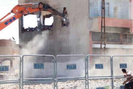 Sur'da yıkım: Evi eşyalarıyla birlikte yıktılar, karşı çıkanları gözaltına aldılar