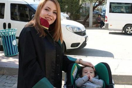 Avukat anne, duruşmalara bebeğiyle giriyor