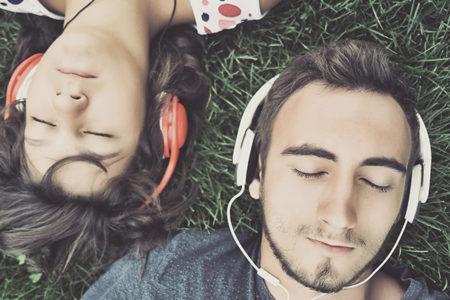 Hareketli müzik, heteroseksüel kadınlarda karşı cinsi daha çekici bulmaya teşvik ediyor