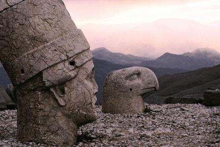 MEB, Nemrut Dağı'ndaki heykelleri çocuklara 'put' olarak gösterdi