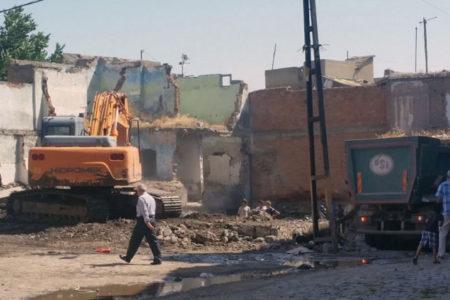 Sur'da yıkım: Kendi evinde oturabilmesi için yıkım parası istendi