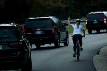 Trump'a 'orta parmağını' gösteren kadın işinden kovuldu