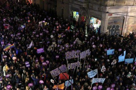 Kadınlar şiddeti protesto için sokağa çıktı
