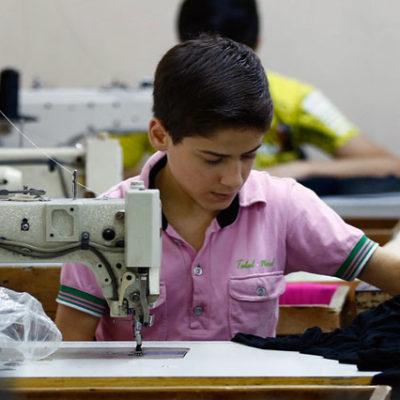 """""""Avrupa'nın büyük giyim markaları Türkiye'deki fabrikalarda çalışan Suriyeli mültecileri sömürüyor"""""""