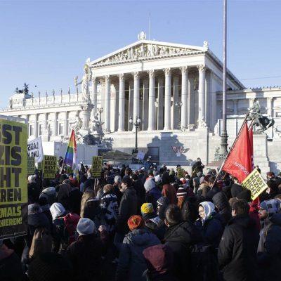 Avusturya'da 15 bin gösterici aşırı sağ hükumeti protesto etti