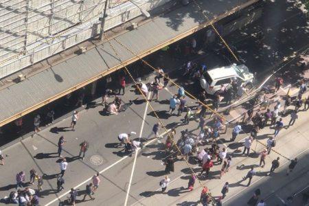 Avustralya'nın Melbourne kentinde bir aracın yolda yürüyen kalabalığın arasına dalması sonucu en az 12 kişi yaralandı