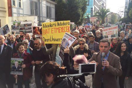 Meslektaşları için yürümek isteyen gazetecilere polis izin vermedi