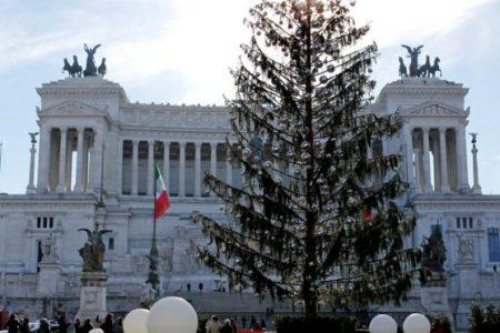 """Roma'nın """"tüysüz"""" Noel ağacı memleket meselesi oldu"""