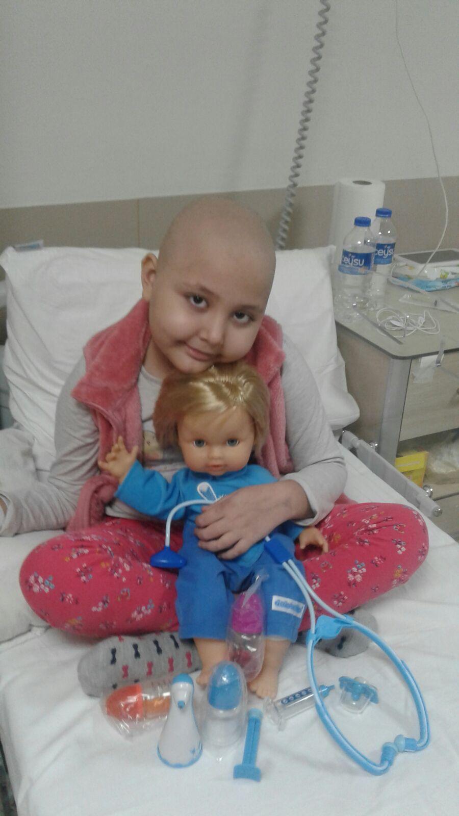 """Kanser hastası çocuğun ilik arayan ailesinden çağrı: """"Zeynep'i birlikte kurtaralım"""""""