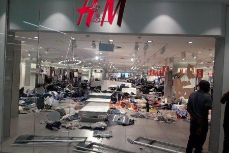 Irkçılık yapmakla suçlanan H&M mağazalarına saldırı