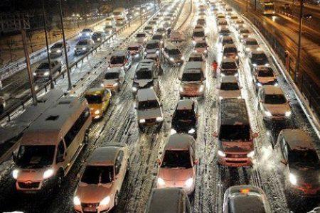 İstanbul'da kar trafiği felç etti