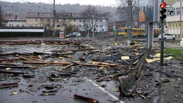 Ölümcül fırtınalar Avrupa'da üç kişiyi öldürdü, Eyfel Kulesi rüzgardan kapandı