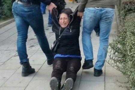 Semih Özakça'nın annesi, yerde sürüklenerek gözaltına alındı