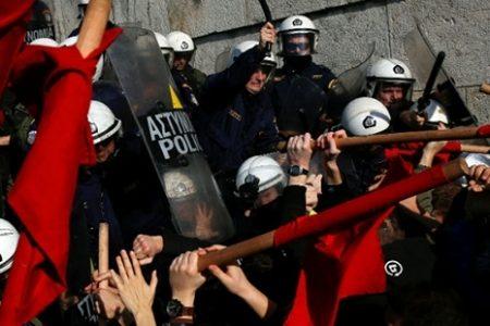 Yunanistan'da meclise girmek isteyen komünistler polisle çatıştı