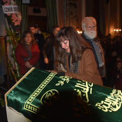 Hayatını kaybeden oyuncu Turan Özdemir için düzenlenen törende kızı gözyaşlarını tutamadı