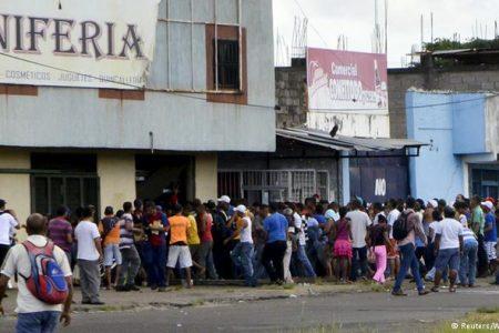 Dünyanın en yüksek enflasyonuna sahip Venezuela'da halk, evleri yağmaladı
