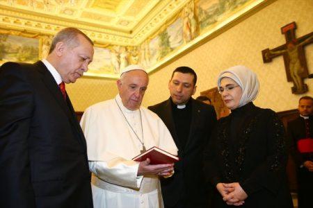 Papa, Erdoğan'a madalyon verdi